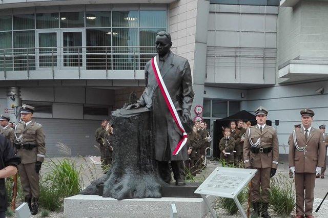 Przed siedzibą Lasów Państwowych stanął zaskakujący pomnik.