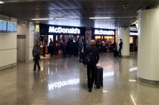 Restauracja McDonald's na lotnisku Chopina w Warszawie przeżywa przez cały czas oblężenie. Klientom nie przeszkadza tam nawet fakt, że jest drożej niż w innych lokalach tego typu w mieście.
