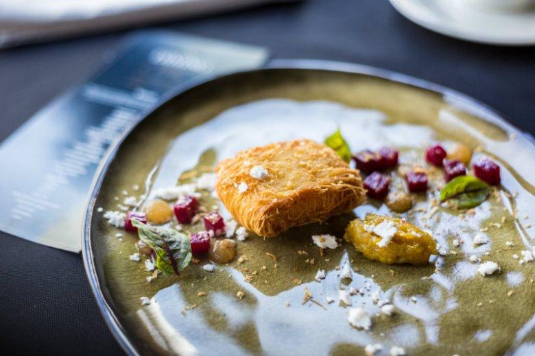 Kozi ser Chèvre Frais, żel Earl Grey, chutney z pomarańczy i rabarbaru, pieczony burak
