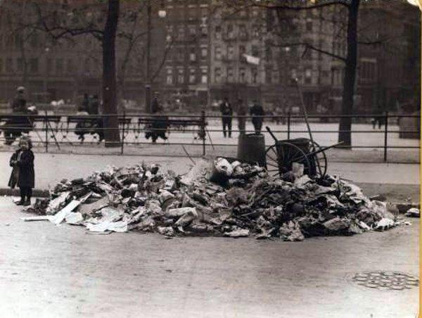 Odpadki czekające na ulicy na sprzątnięcie.  W 1908 roku w Krakowie metodę udoskonalono i śmieci czekające na wywóz nakazano wkładać do metalowych skrzyń.