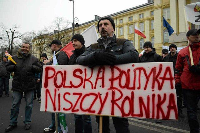 Na polskiej wsi rośnie złość. Z powodu niekompetencji rządu rolnicy nie dostają pieniędzy z Unii Europejskiej.