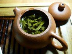 Cząsteczkę 1-MNA znajdziemy w liściach zielonej herbaty.