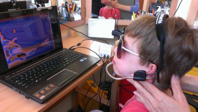 Szymon gra w grę komputerową