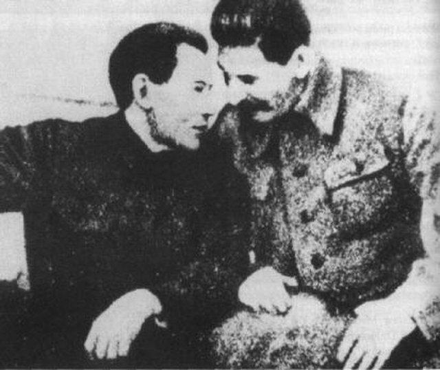 Jeżow i Stalin - dwaj oprawcy tysięcy Polaków.