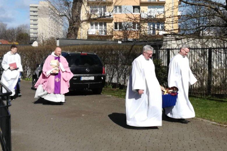 """""""Wyczyn"""" palących książki księży z Gdańska odnotowano też za granicą."""