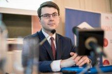 Piotr Müller jest obecnie wiceministrem w Ministerstwie Nauki i Szkolnictwa Wyższego.