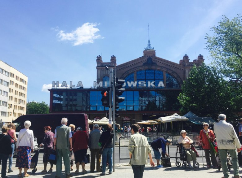 Przed warszawską Halą Mirowską często można spotkać tłumy starszych ludzi, którzy zmierzają na zakupy
