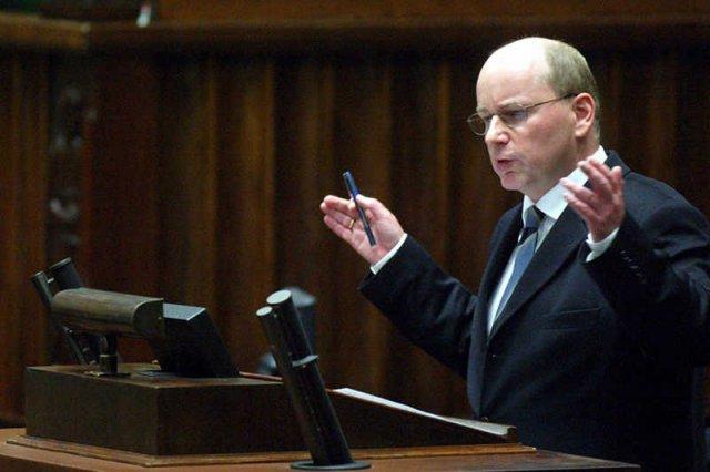 """Jan Rokita podczas debaty nad Konstytucjądla Europy we wrześniu 2003 roku. To wtedy padło słynne """"Nicea albo śmierć""""."""