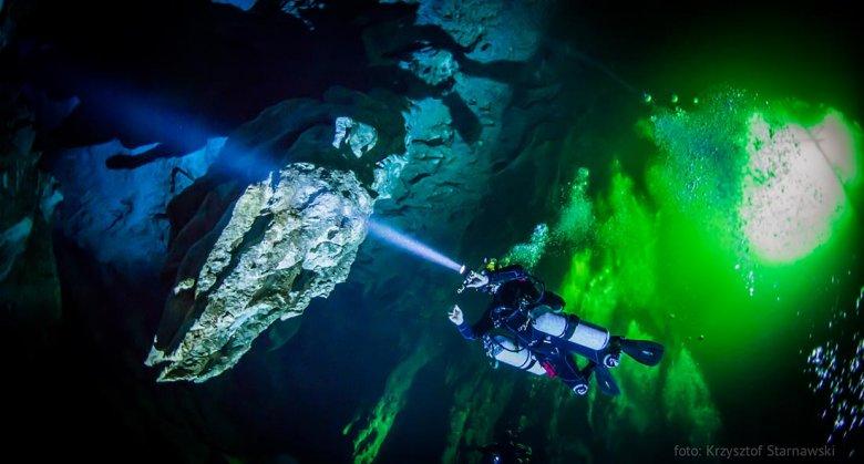 Zapierające dech w piersiach zdjęcie Leszka Czarneckiego, zdobywającego jaskinię wodną na Bahamach