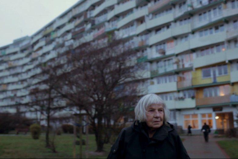 Danuta Olędzka, współtwórczyni falowców na gdańskim Przymorzu, na tle osiedla. To dzięki niej w mieszkaniach są przynajmniej nieduże okna w kuchni.