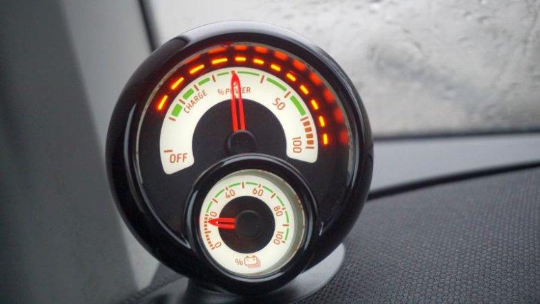 Wspomniane wcześniej wskaźniki poziomu energii oraz chwilowego wykorzystania prądu. Wskaźnik naładowania baterii spada niestety w zastraszającym tempie.