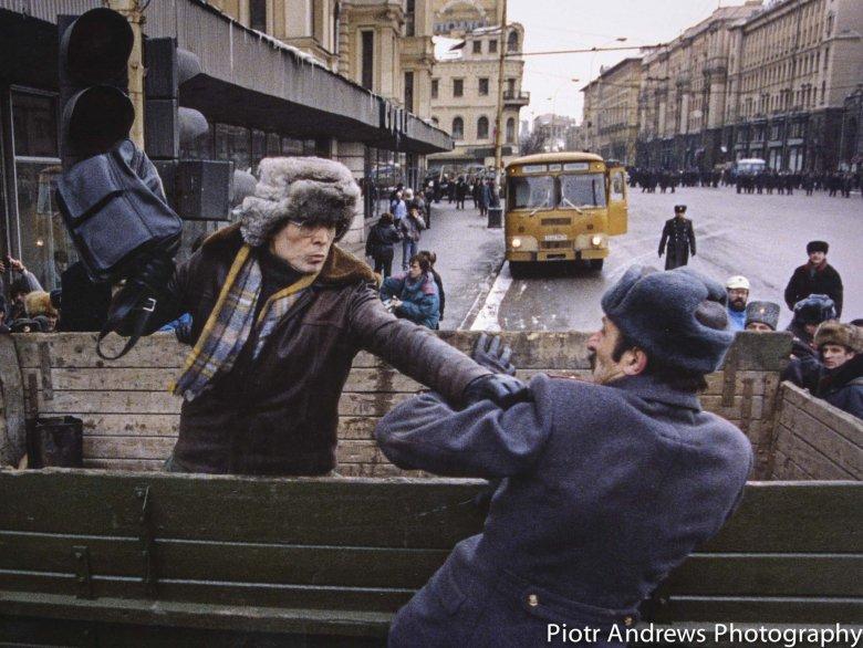 Starszy komunista walczy z milicjantem podczas demonstracji.