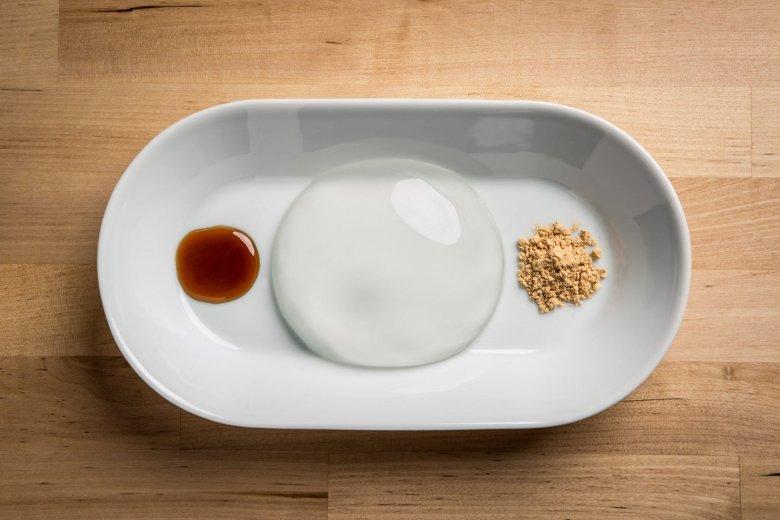 Kropla Deszczu sama w sobie nie ma żadnych kalorii, te nadają deserowi dodatki, np. słodka zgranulowana mąka sojowa czy syrop.