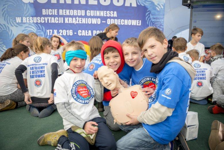 Zdjęcie dzieci z wydarzenia, w czasie którego bito Rekord Guinnessa w resuscytacji krążeniowo-oddechowej.