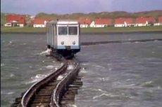 Linia kolejowa biegnąca przez morze