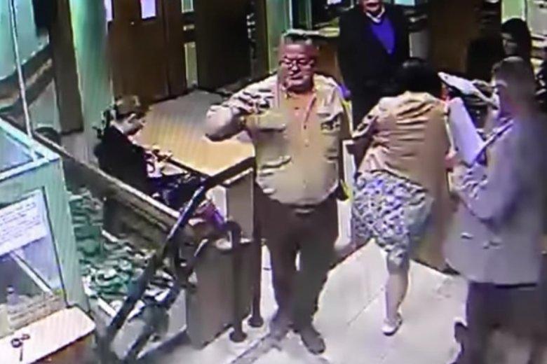 Na nagraniu widać, jak Elżbieta Jaworowicz kopnęła dziennikarza.