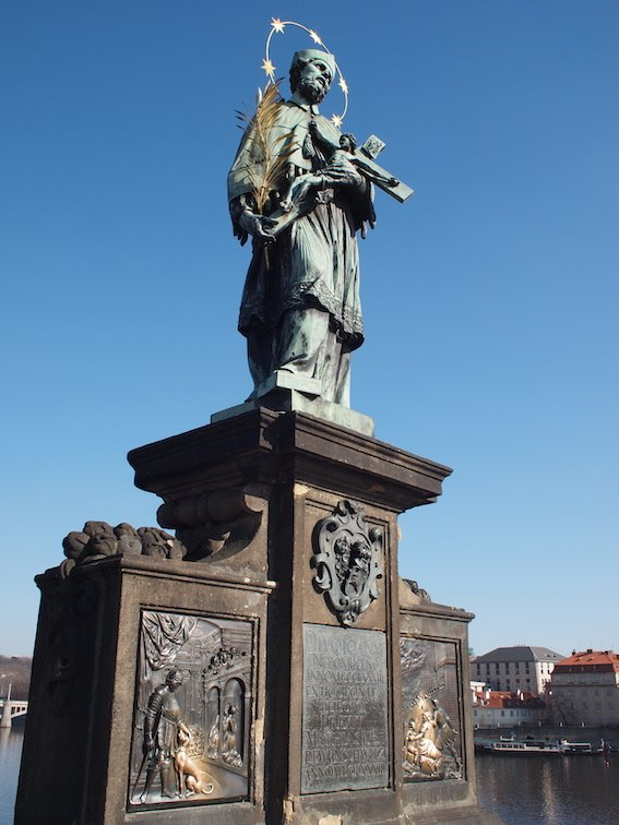 Figura Jana Nepomucena na Moście Karola. W tym miejscu został zrzucony do Wełtawy o czym świadczy stosowna tablica pod figurą.