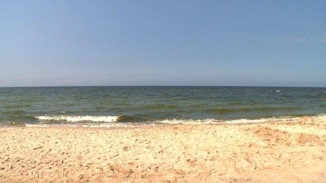 Słoneczna plaża o poranku, czyli miejsce gdzie większość ludzi chciałaby być w poniedziałek rano.