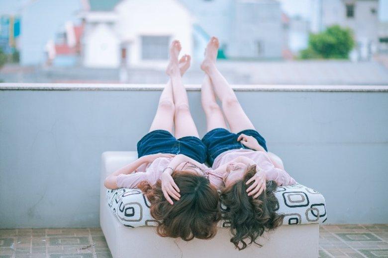 Pocałunek kobiety z kobietą wcale nie musi świadczyć o homo lub biseksualizmie. To ciekawość i chęć eksperymentowania, tzw. heteroelastyczność