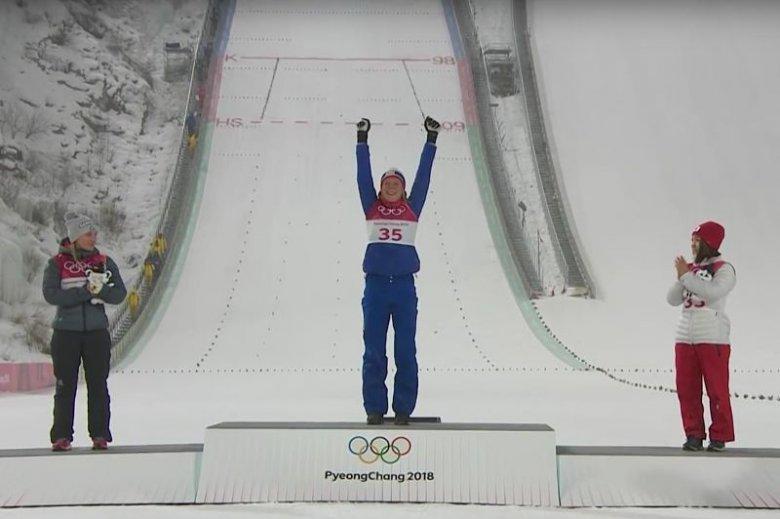 """Olimpijskie podium konkursu indywidualnego kobiet na normalnej skoczni w Pjongczangu. Niestety zarówno na """"pudle"""" jak i w całym konkursie zabrakło Polek."""