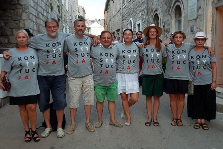 """Zdjęcie Roberta Makłowicza w koszulce z napisem """"Konstytucja"""" nie spodobało się niektórym miłośnikom podróżnika."""