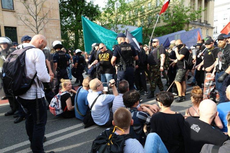 Blokada na skrzyżowaniu ulic Nowy Świat i Świętokrzyskiej.