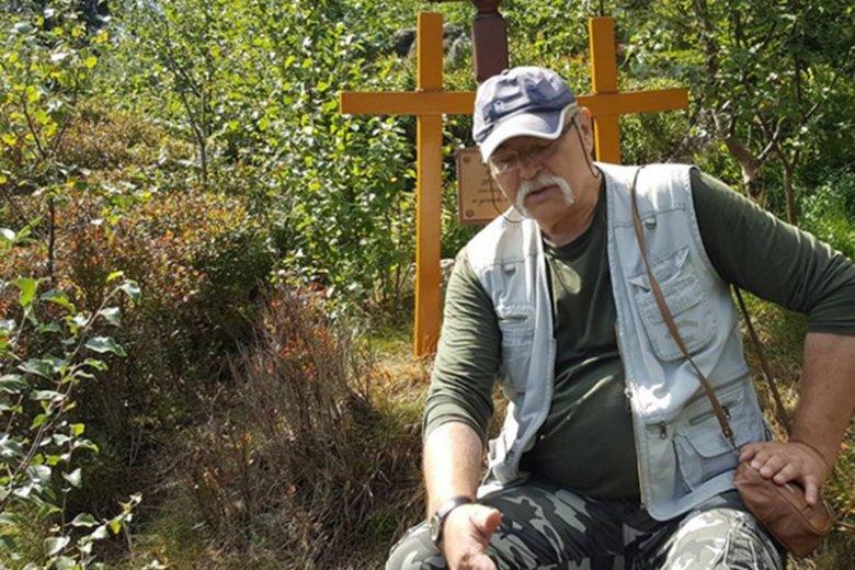 Emerytowany policjant Janusz Bartkiewicz na miejscu zbrodni pod Narożnikiem. Jego nowe ustalenia będą przełomem?