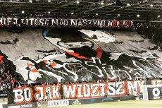 Oprawa Wisły Kraków w oczywisty sposób odwołuje się do krwawych starć między kibolami dwóch krakowskich drużyn.