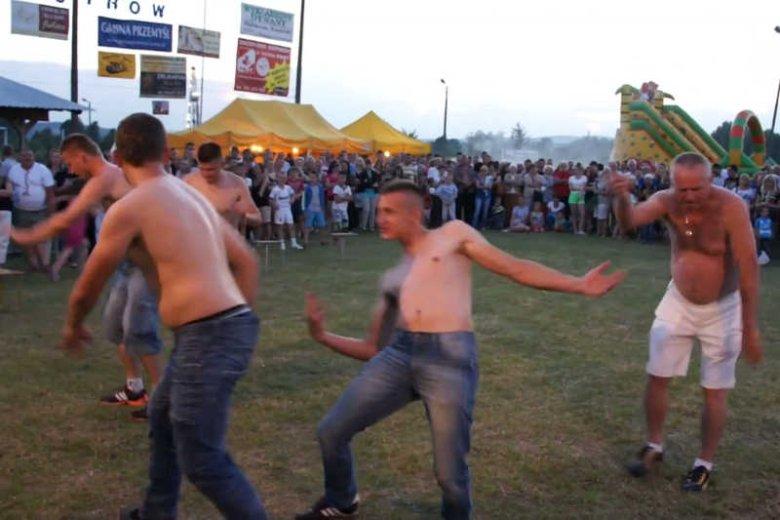 Festyn wiejski w Ostrowie stał siępowodem kpin z kultury wiejskiej.