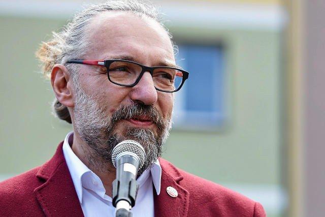 Mateusz Kijowski rywalizuje o przywództwo w KOD z Krzysztofem Łozińskim. Czy tzw. afera fakturowa będzie miała wpływ na wybór działaczy?