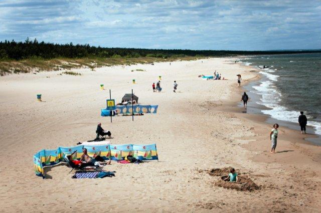 Pogoda w te wakacje mimo wszystko nie rozpieszcza plażowiczów nad Bałtykiem.