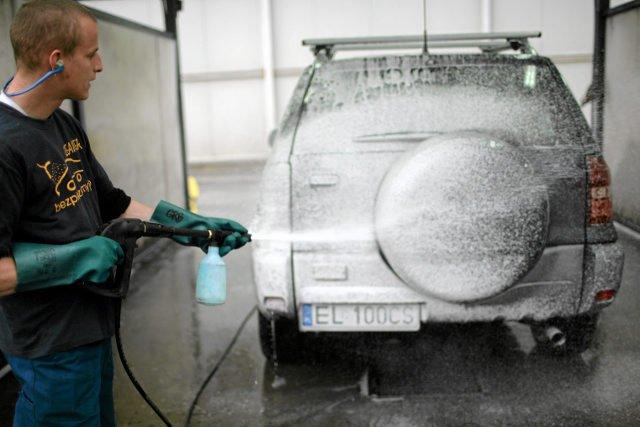 W myjniach samochodowych używa się środków chemicznych.