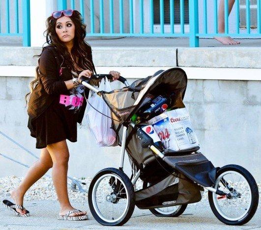 """Gwiazda amerykańskiego reality show """"Jersey Shore,"""" Snooki, wywołała skandal pchając dziecięcy wózek z zakupami na 4 lipca. Należy dodać, że Snooki jest w ciąży, a w wózku jest piwo."""