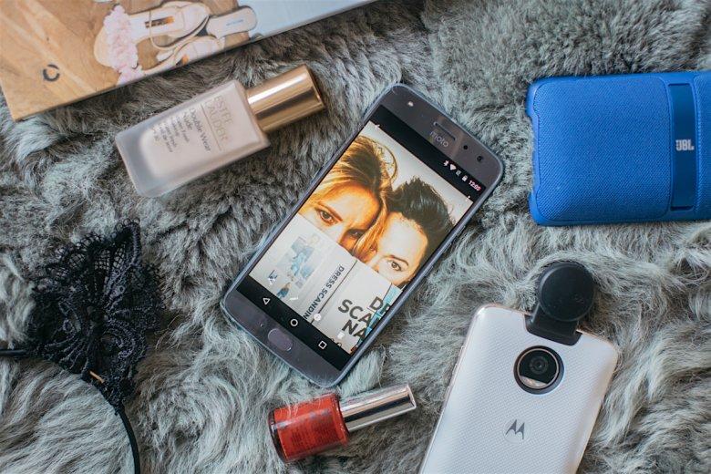 """Podobnie jak my kobiety uwielbiamy zaglądać do wnętrz swoich torebek, tak samo lubimy """"bawić"""" się naszymi telefonami."""