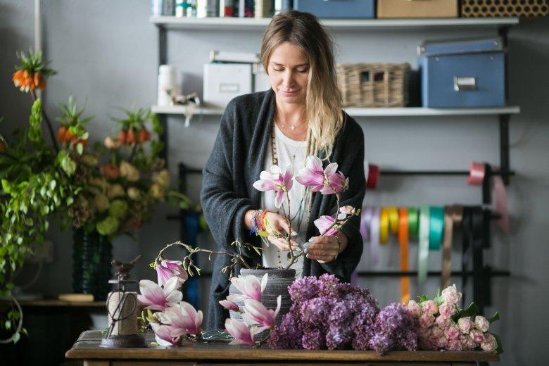 """Ania Rutkowska podpowiada, by do naczynia z wodą włożyć pozginany w """"kulę"""" drut - będzie niewidzialnym stelażem dla kwiatów i łatwiej będzie je ustawić tak jak chcemy."""