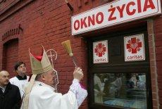 Okno życia przy ulicy Hożej w Warszawie.