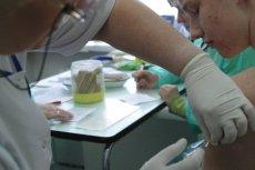 Szczepienie przeciwko meningokokom jest w Polsce zalecane.
