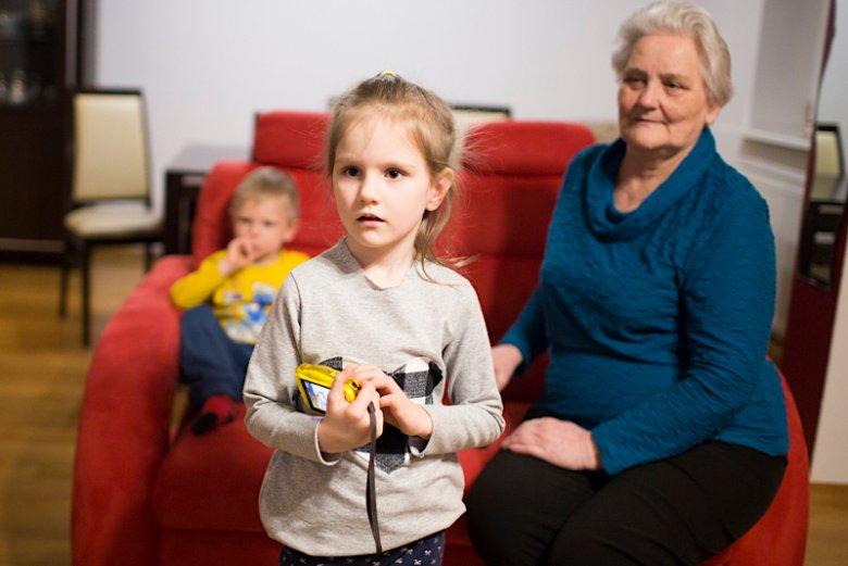 Mama Ani pomagała córce, zwłaszcza gdy urodziła się Julka.  Wnuczki są dla niej całym światem.