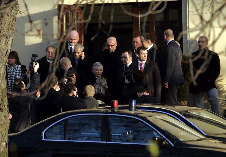 15 urodziny Radia Maryja w 2006 r. – ówczesny premier Jarosław Kaczyński oraz m.in. wicepremier Przemysław Gosiewski z wizytą u o. Tadeusza Rydzyka.