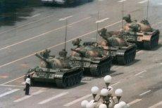 Najsłynniejsze zdjęcie-symbol masakry na pl. Tiananmen 4 czerwca 1989. Jeff Widener wykonał je 5.06.1989