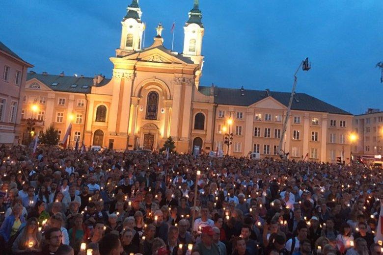 Na pl. Krasińskich niejednej osobie przeleciał dreszcz po plecach. Cichy, poruszający, protest w obronie niezawisłości sądu.