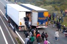 Migranci urządzają blokady na francuskich autostradach, by wskakiwać na TIR-y  podjąć próbę przedostania się nimi do Wielkiej Brytanii.
