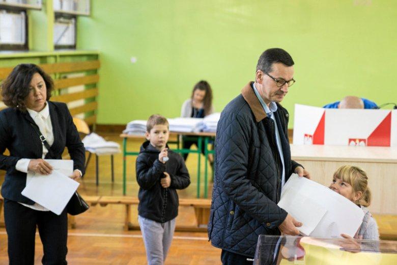 Premier Mateusz Morawiecki głos w wyborach samorządowych oddawał w towarzystwie rodziny