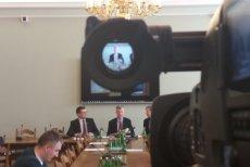Brytyjczyk Jonathan Jeffes (w środku) podczas spotkania w Sejmie.