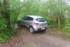 """Auto Traficar zaparkowane na """"hopce"""" w lesie."""
