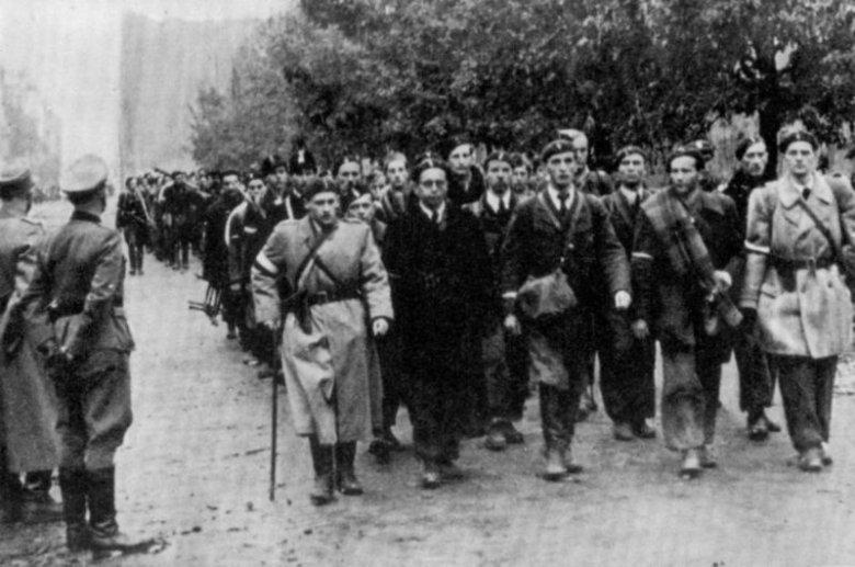 Powstańcy z pełnymi honorami opuszczają okupowane przez Niemców Warszawę