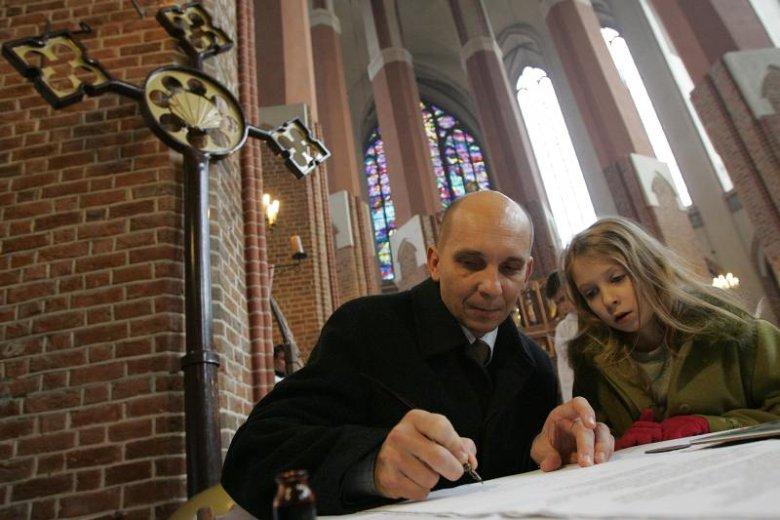 2007 rok, wojewoda zachodniopomorski, Robert Krupowicz podpisuje akt poświęcenia krzyża. W sobotę zawierzył gminę Goleniów Chrystusowi.