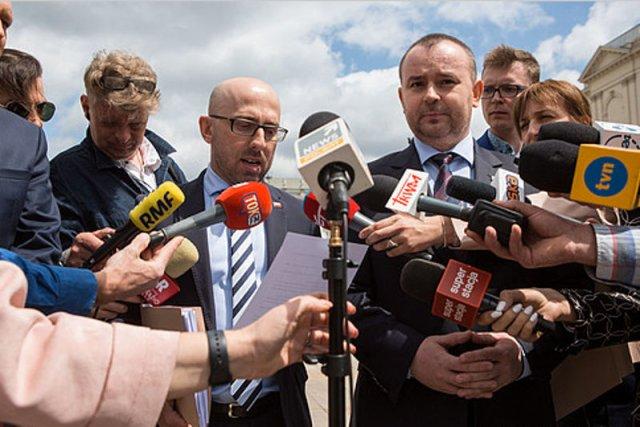 5fff670d3fe03 Ministrowie Mucha i Łapiński przekonywali dziś, że znaleziono 13 prawników,  którzy uważają, iż Duda miał prawo ułaskawić Mariusza Kamińskiego. • Fot.