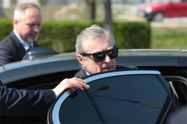 Czy wicepremier Piotr Gliński jadąc do pracy złamał szereg przepisów w ruchu drogowym?