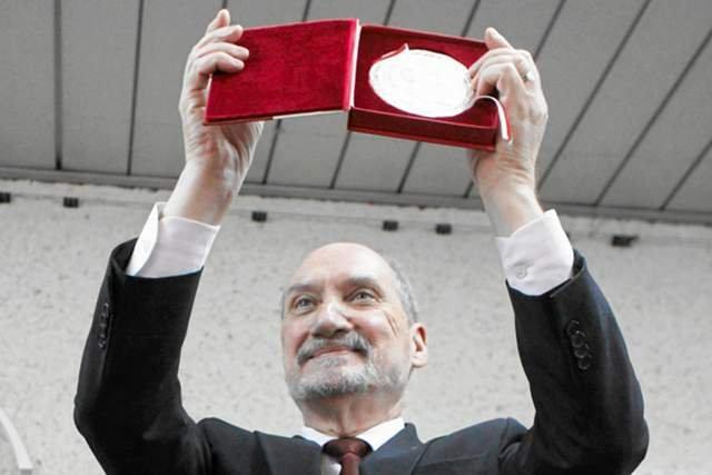 Antoni Macierewicz odbiera medal Przemysła II - odznaczenie Akademickiego Klubu Obywatelskiego
